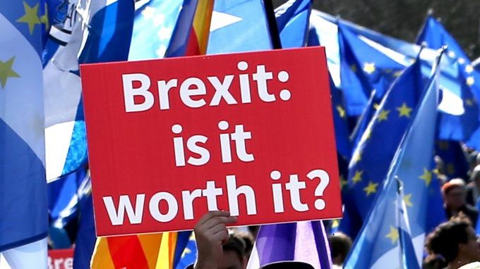 foto con cartello brexit