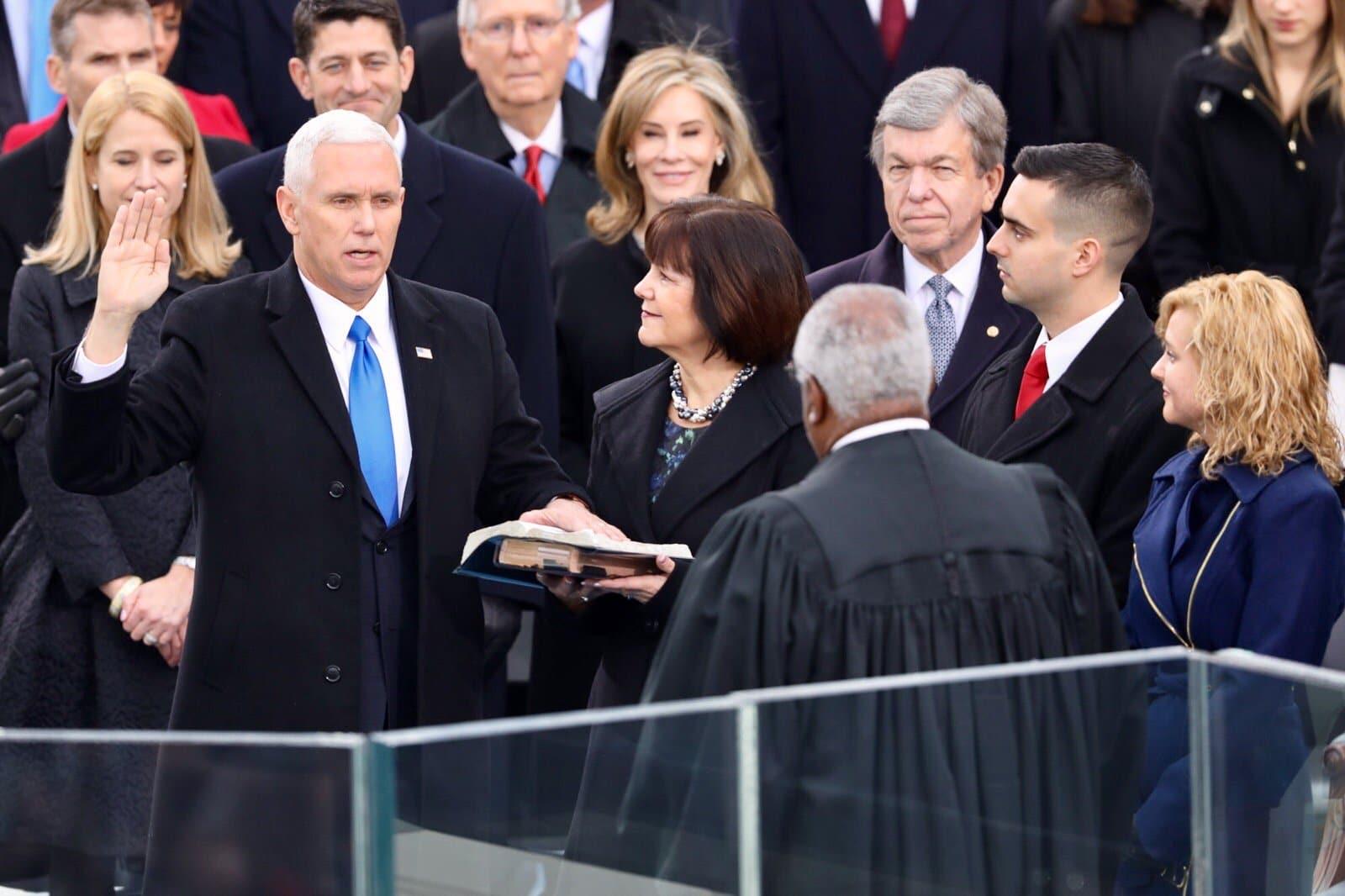 Giuramento Mike Pence vicepresidente